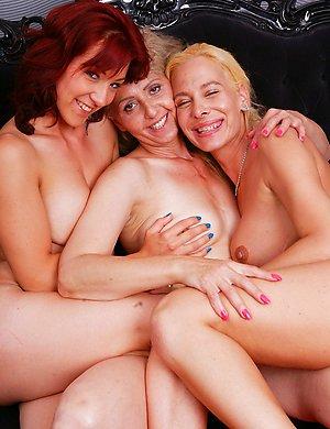 Lesbian-Threesome