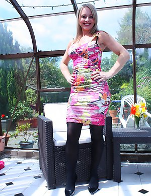 Horny British housewife playing with herself - Topmature.eu