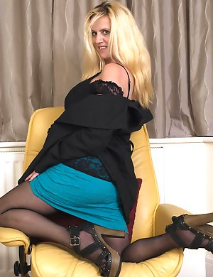 Blonde housewife getting to please herself