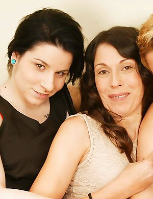 Old and young lesbians make out at Mature.nl - Maturenl Pics
